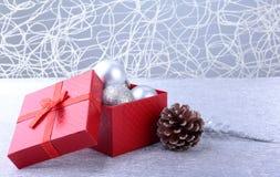 Caixas de presente com as bolas da curva e do Natal no fundo de madeira decoração fotografia de stock royalty free
