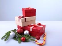Caixas de presente com as bolas da curva e do Natal no fundo de madeira decoração imagem de stock