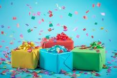 Caixas de presente com confetes de papel Imagem de Stock