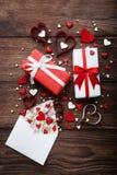 Caixas de presente com corações e envelope Foto de Stock