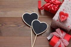Caixas de presente com corações em uma tabela de madeira Fotografia de Stock Royalty Free