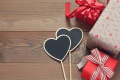 Caixas de presente com corações em uma tabela de madeira Foto de Stock