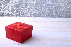 Caixas de presente com curva no fundo de madeira Decoração do Natal imagens de stock royalty free