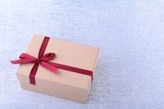 Caixas de presente com curva no fundo de madeira Decoração do Natal fotos de stock royalty free