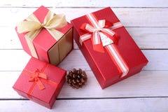 Caixas de presente com curva no fundo de madeira Decoração do Natal fotos de stock