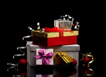 Caixas de presente com curvas e bolas do Natal Fotos de Stock