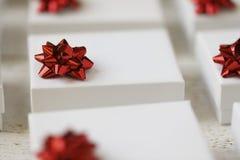 Caixas de presente com curvas vermelhas Fotografia de Stock