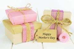 Caixas de presente com a etiqueta feliz do dia de mãe Foto de Stock