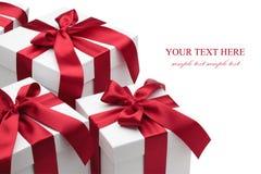 Caixas de presente com fitas e curvas vermelhas. Fotografia de Stock Royalty Free