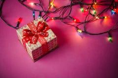 Caixas de presente com fitas vermelhas Fundo de papel cor-de-rosa Presentes para o Ch Fotos de Stock