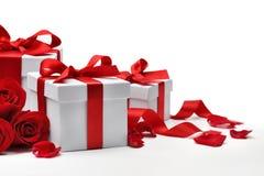 Caixas de presente com pétalas cor-de-rosa imagens de stock royalty free