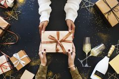 Caixas de presente das mãos às mãos Fotos de Stock Royalty Free