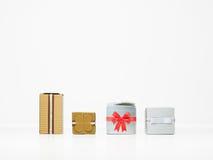 Caixas de presente de prata e douradas do Natal Fotografia de Stock Royalty Free