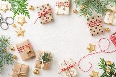 Caixas de presente, decorações, guita & abeto vermelho envolvidos do Natal no fundo branco imagens de stock
