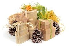 Caixas de presente decoradas com ornamento naturais Imagem de Stock