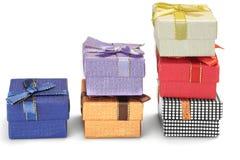 Caixas de presente diferentes em três colunas isoladas em Backgrou branco Imagem de Stock Royalty Free