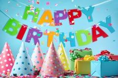Caixas de presente do aniversário com confetes de papel foto de stock royalty free