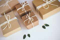 Caixas de presente do of?cio no fundo branco imagens de stock royalty free