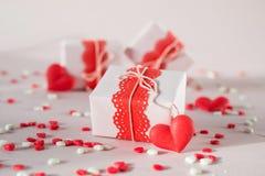 Caixas de presente do dia do ` s do Valentim com presentes e decorações Fotografia de Stock Royalty Free