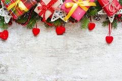 Caixas de presente do Natal, árvore de abeto e corações de veludo com decoração Fotos de Stock Royalty Free