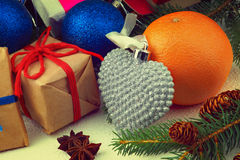 Caixas de presente do Natal, bolas do Natal, laranja e ramo de árvore do abeto Fotos de Stock Royalty Free