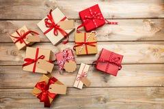 Caixas de presente do Natal com as etiquetas vazias no fundo de madeira, espaço da cópia, vista superior Imagem de Stock