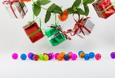 Caixas de presente do Natal com a bola plástica no fundo branco Fotos de Stock Royalty Free