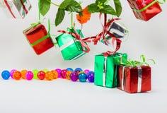 Caixas de presente do Natal com a bola plástica no fundo branco Imagens de Stock Royalty Free
