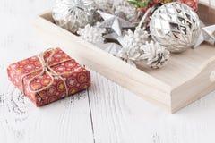 Caixas de presente do Natal com bolas do Natal Fotografia de Stock
