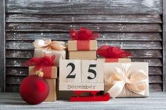 Caixas de presente do Natal com curvas vermelhas Imagens de Stock