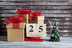 Caixas de presente do Natal com curvas vermelhas Imagem de Stock Royalty Free