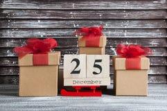 Caixas de presente do Natal com curvas vermelhas Foto de Stock Royalty Free