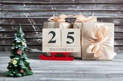 Caixas de presente do Natal com curvas vermelhas Fotos de Stock