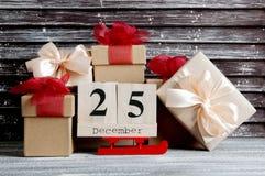 Caixas de presente do Natal com curvas vermelhas Imagem de Stock