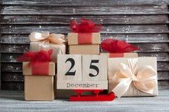 Caixas de presente do Natal com curvas vermelhas Fotografia de Stock Royalty Free