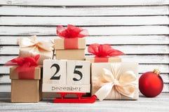 Caixas de presente do Natal com curvas vermelhas Imagens de Stock Royalty Free