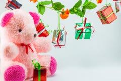 Caixas de presente do Natal com o urso de peluche no fundo branco Fotografia de Stock Royalty Free