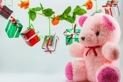 Caixas de presente do Natal com o urso de peluche no fundo branco Imagem de Stock Royalty Free
