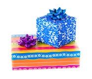 Caixas de presente do Natal de cores diferentes, isoladas no fundo branco Fotografia de Stock