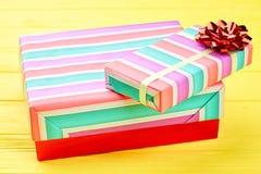 Caixas de presente do Natal e curva vermelha Imagens de Stock Royalty Free