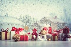 Caixas de presente do Natal e decorações pequenas do Natal Fotografia de Stock Royalty Free