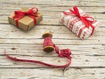 Caixas de presente do Natal e fita vermelha no fundo de madeira Foto de Stock