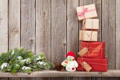 Caixas de presente do Natal e ramo de árvore do abeto Fotografia de Stock Royalty Free