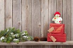 Caixas de presente do Natal e ramo de árvore do abeto Imagem de Stock