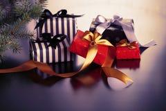 Caixas de presente do Natal em um fundo escuro Imagens de Stock