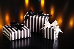 Caixas de presente do Natal em um fundo escuro Foto de Stock