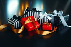 Caixas de presente do Natal em um fundo escuro Fotos de Stock