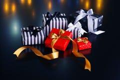 Caixas de presente do Natal em um fundo escuro Imagens de Stock Royalty Free