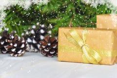 Caixas de presente do Natal Presente de Natal em umas caixas de presente na tabela de madeira branca Imagem de Stock
