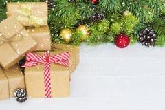 Caixas de presente do Natal Presente de Natal em umas caixas de presente na tabela de madeira branca Copie o espaço Fotografia de Stock